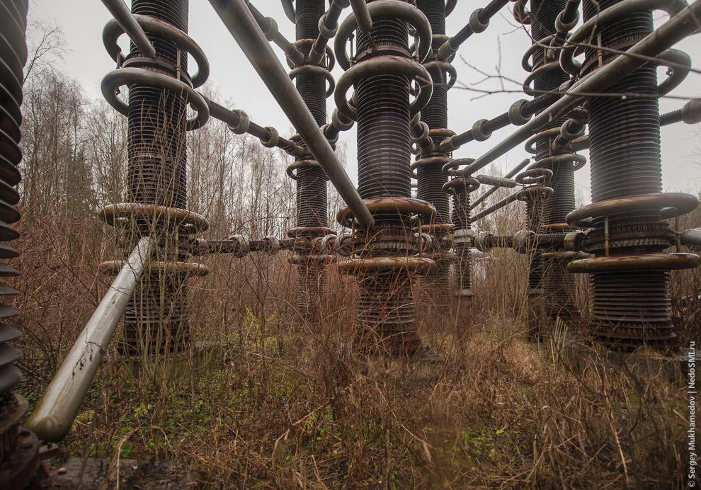 Часть установок осталась недостроенной, другая работает и периодически используется, например д