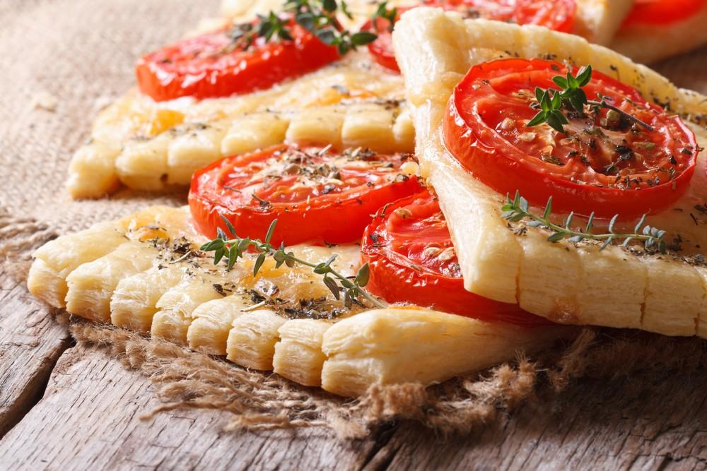 Слоеные бутерброды Ингредиенты: пачка бездрожжевого слоеного теста 3 помидора белок 1 яйца 5 кусочко