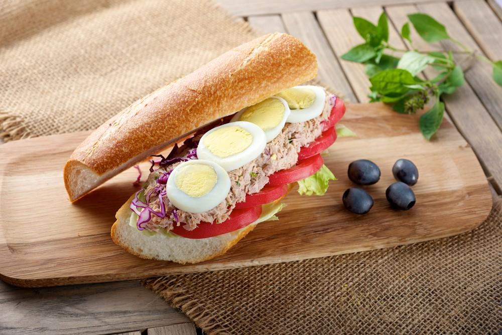 Сэндвич с тунцом и яйцом для самых голодных Ингредиенты: багет для сэндвича 200 гр консервированного