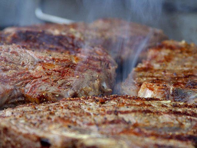 В Бразилии официанты бесконечно подносят обедающим мясные блюда. Посетителям выдают, с помощью котор