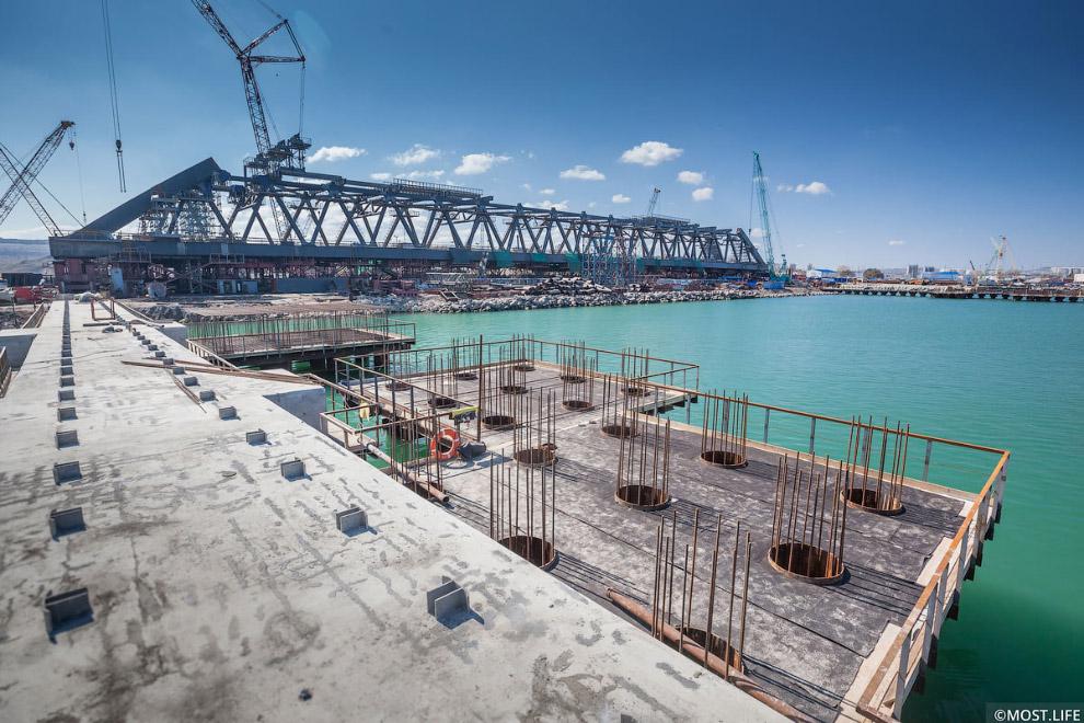 3. Монтаж плит несъемной опалубки для устройства железобетонной плиты проезжей части моста.