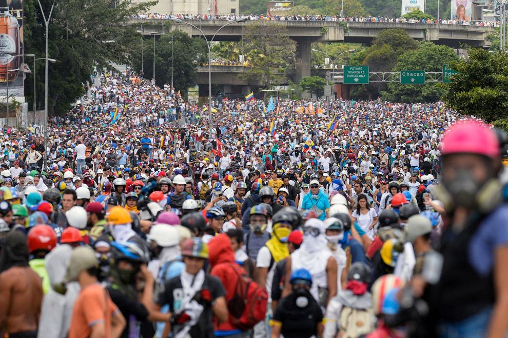 3. Безуспешные попытки потушить автомобиль у Верховного суда, Каракас, 7 июня 2017. (Фото Juan
