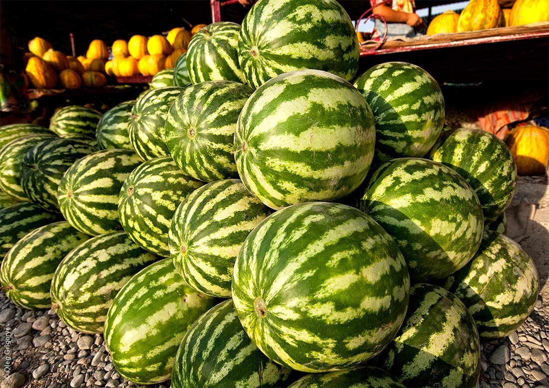 6. Перед самым восхождением мы заехали на базар и закупились очень дешевыми и вкусными арбузами и ды