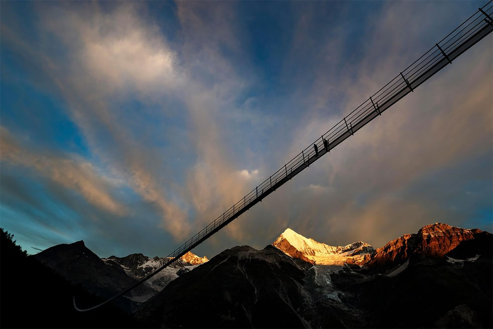 Под ним простирается ущелье Грабенгуфер, которое лежит у подножия самой высокой горы Швейцарии — Дом