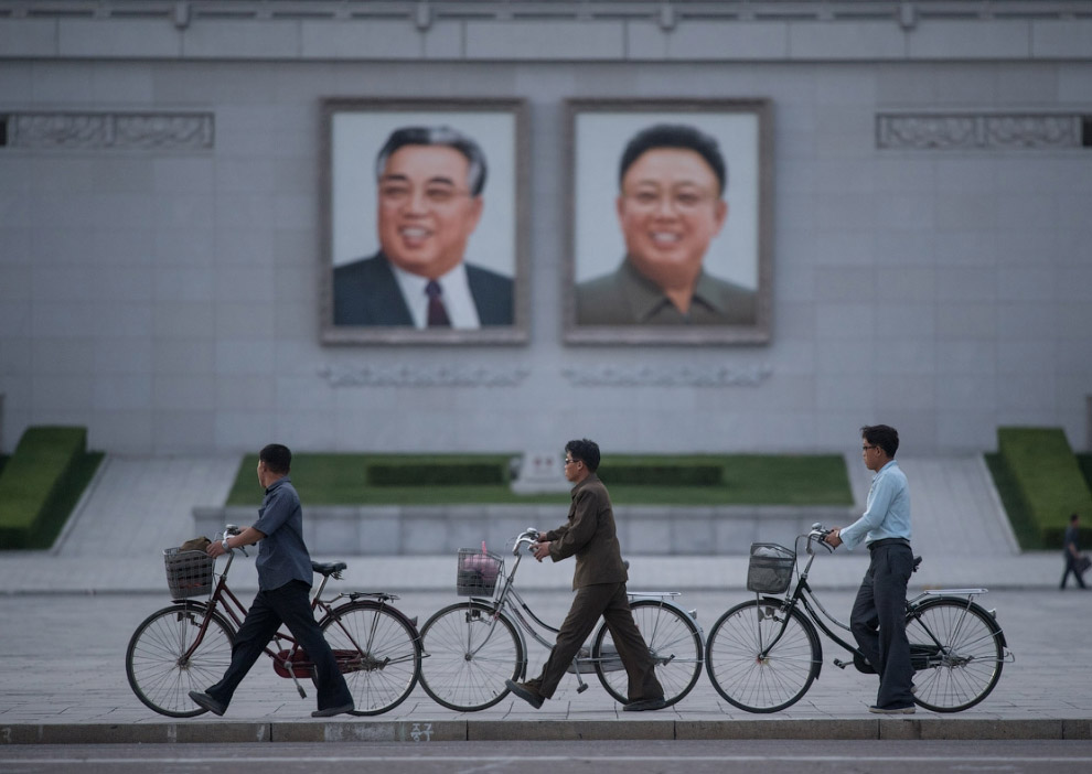 16. В центре Пхеньяна можно встретить фотографии в запусков ракет, которые так бесят западные страны