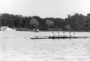 Участники состязаний в лодке у лодочной станции.