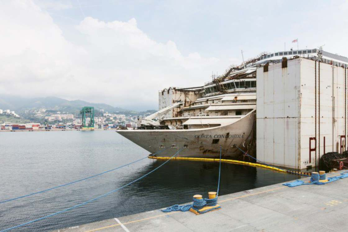 Costa Concordia - A photographer entered the ruins of the cruise ship