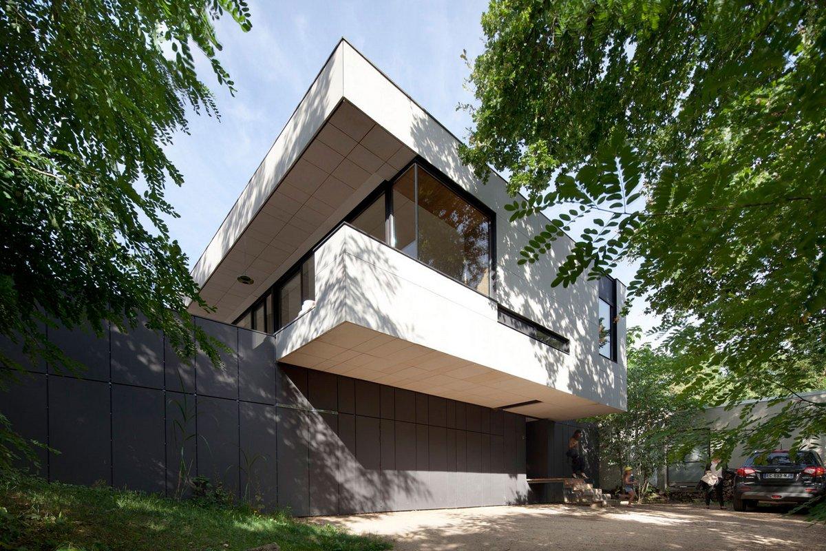 Двухэтажный особняк на склоне