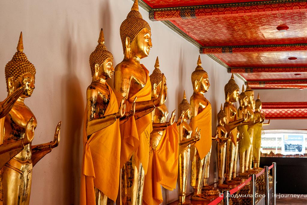 статуи Будд в храме лежащего будды