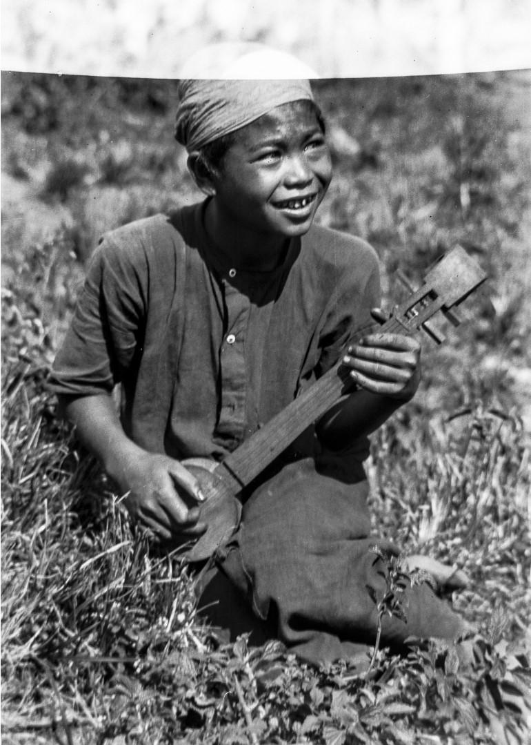 1014. Мальчик с музыкальным инструментом