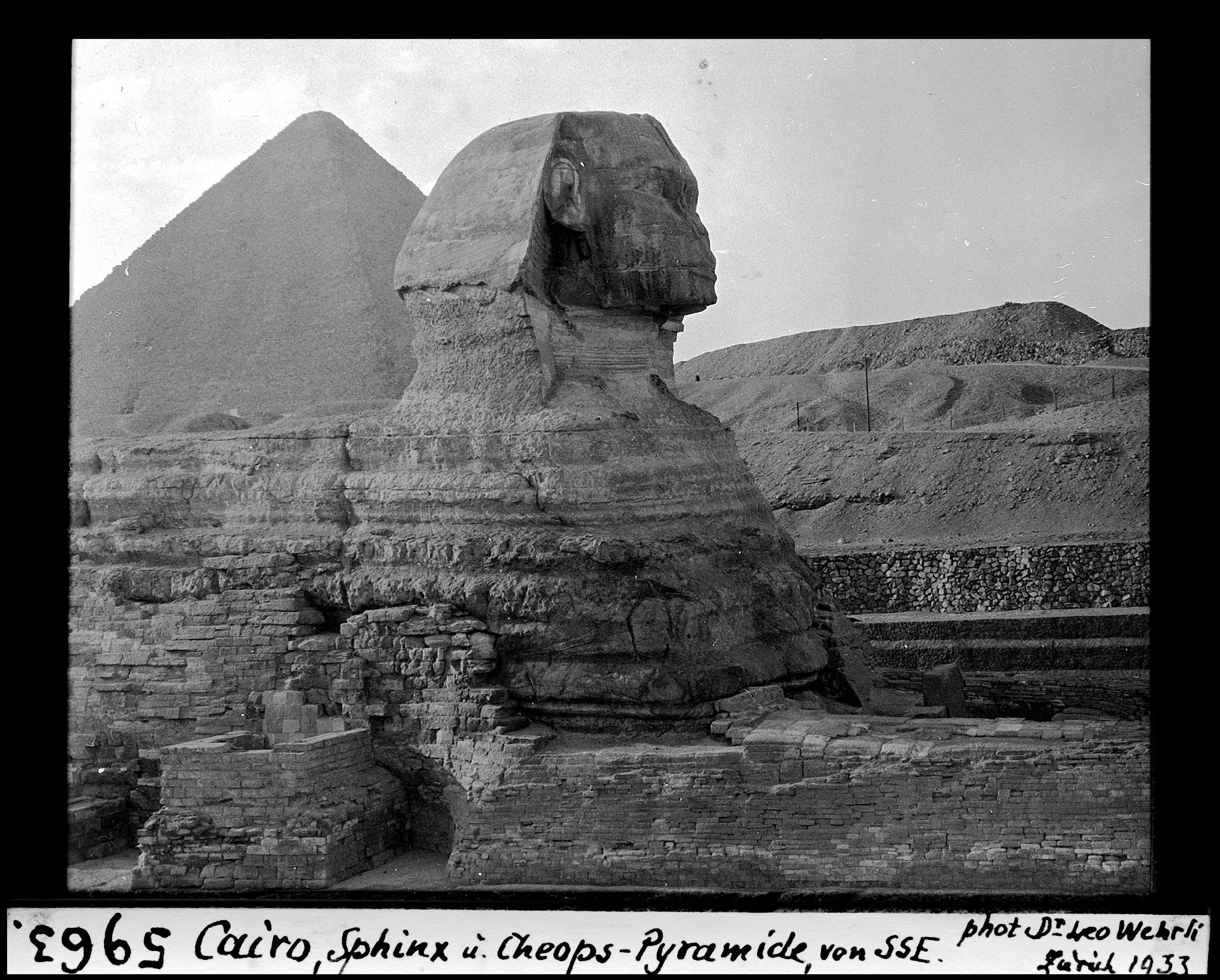 Гиза. Пирамида Хеопса  и Сфинкс с юго-юго-востока