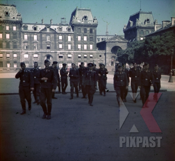 stock-photo-flak-luftwaffe-soldiers-at-the-rue-de-la-cite-in-paris-france-1940-9693.jpg