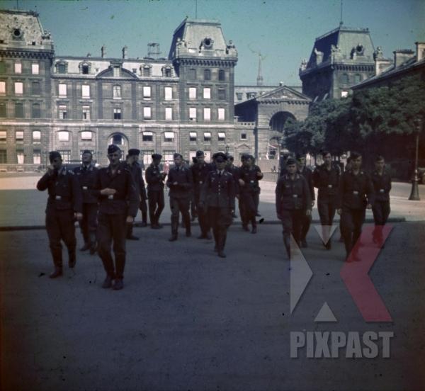 stock-photo-flak-luftwaffe-soldiers-at-the-rue-de-la-cite-in-paris-france-1940-9693.jpg