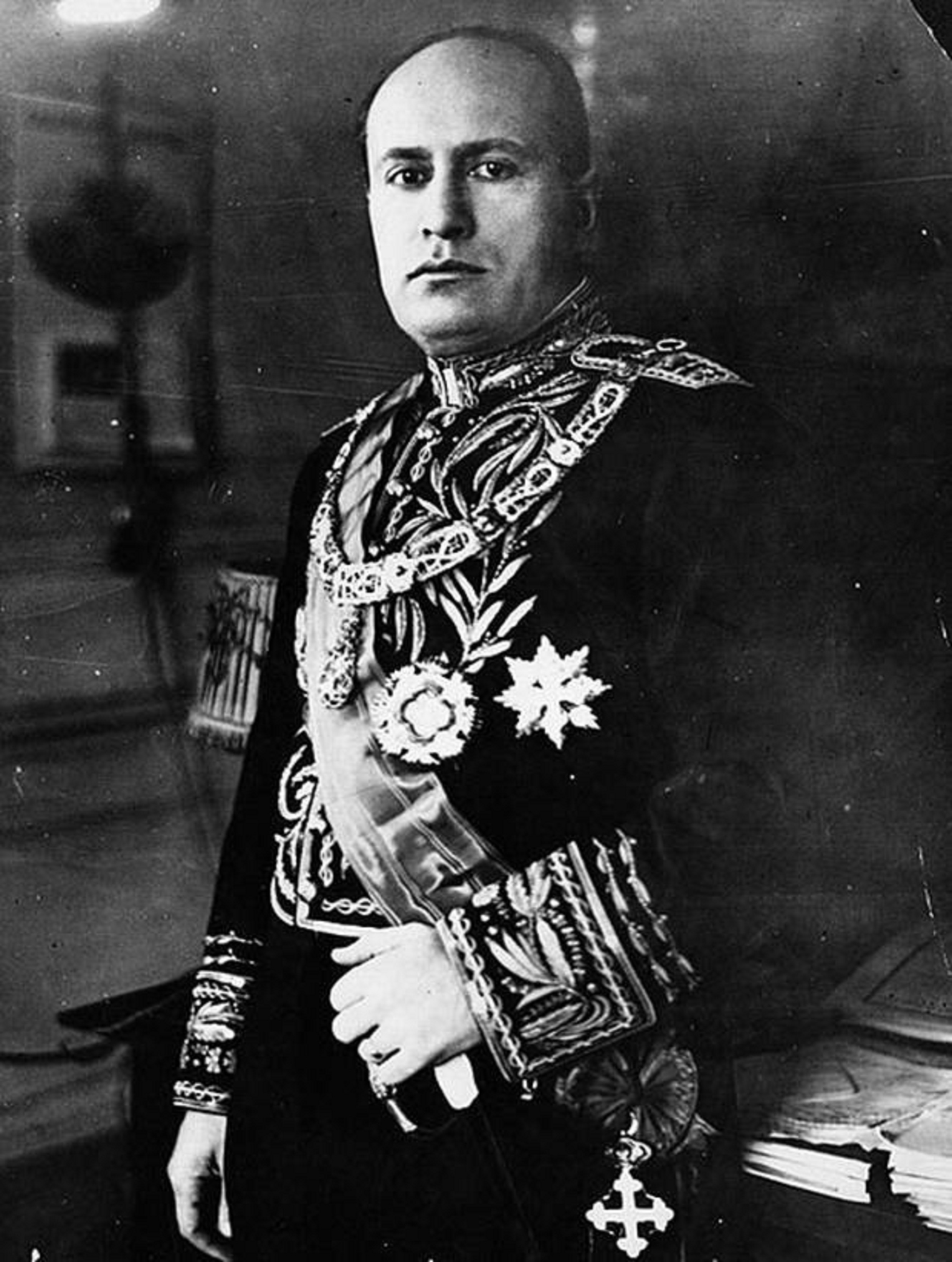 Fotografia_di_Benito_Mussolini_in_Abito_Cerimoniale.jpeg