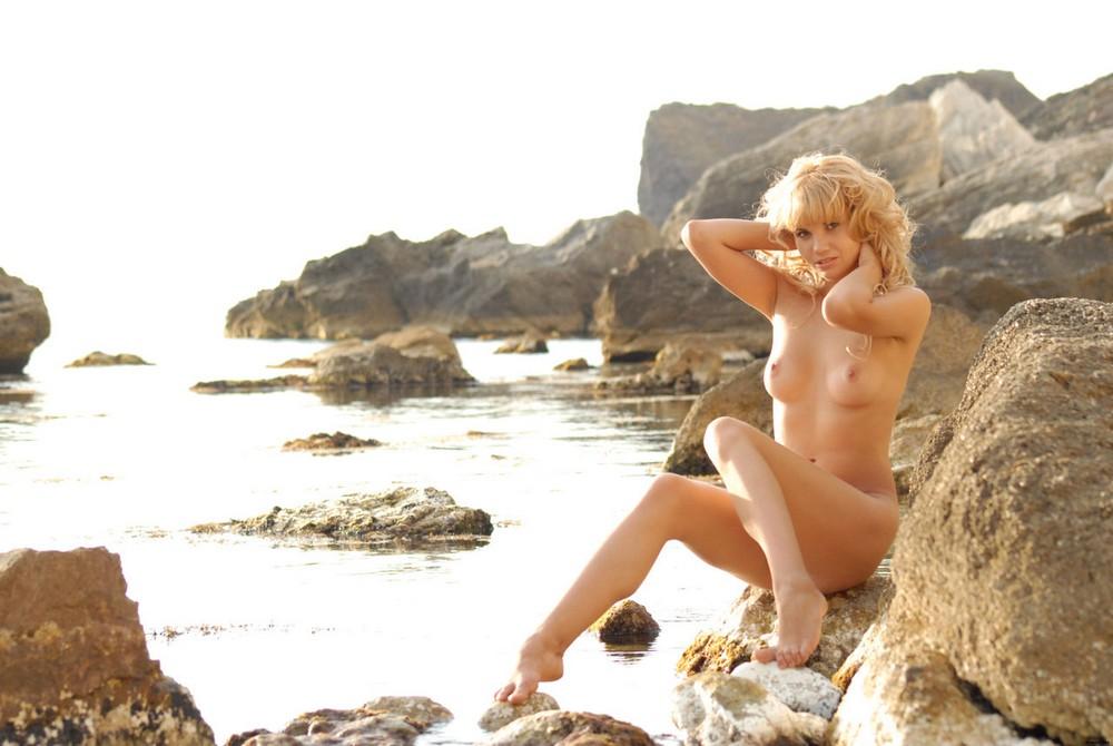 Обнаженная блондинка Ursula