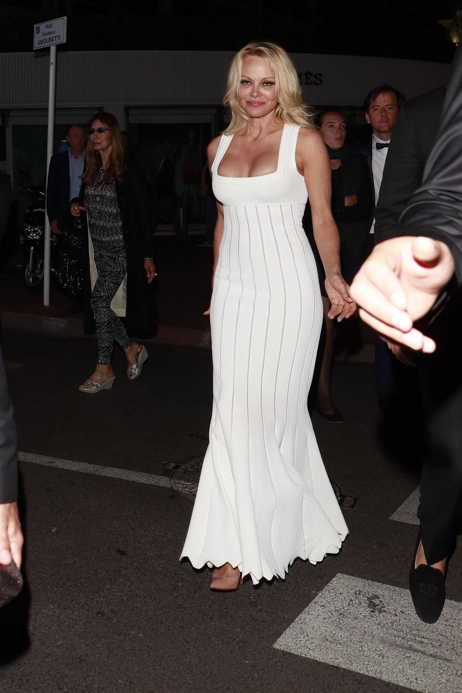Памела Андерсон в облегающем платье
