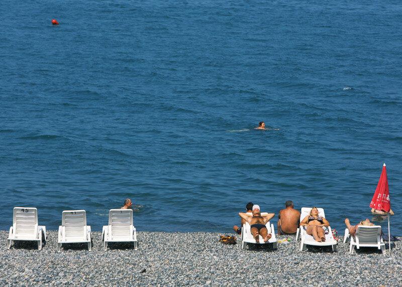 На пляже в Квариати можно арендовать лежак