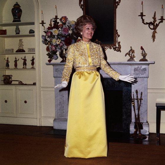 1969 год, на Пэт Никсон шифоновое платье Harvey Berin от дизайнера Карен Старк и жакет, усыпанный зо