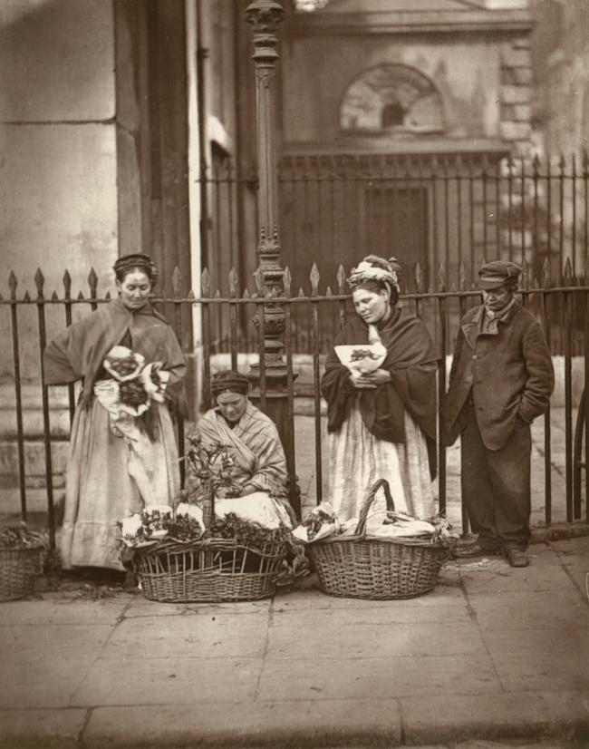 © lse.ac.uk  Н.В.Гоголь (вцентре фотографии, стростью) вгруппе русских художников. Рим, И