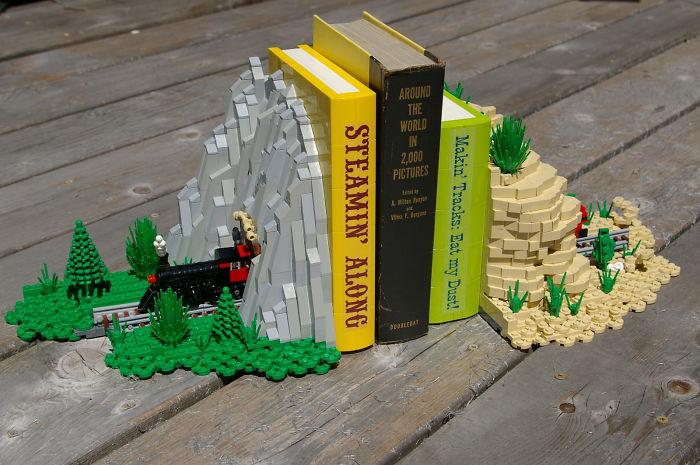 Подставка для книг из конструктора, имитирующая горный тоннель с железной дорогой.
