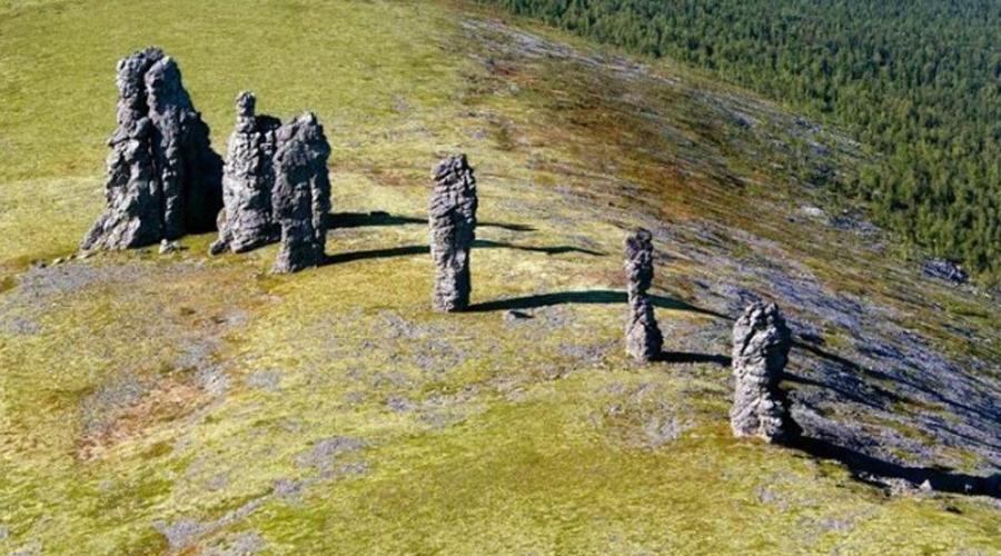 7 каменных гигантов украшают обширное плато в Троице-Печорском районе Республики Коми. Это и все, чт