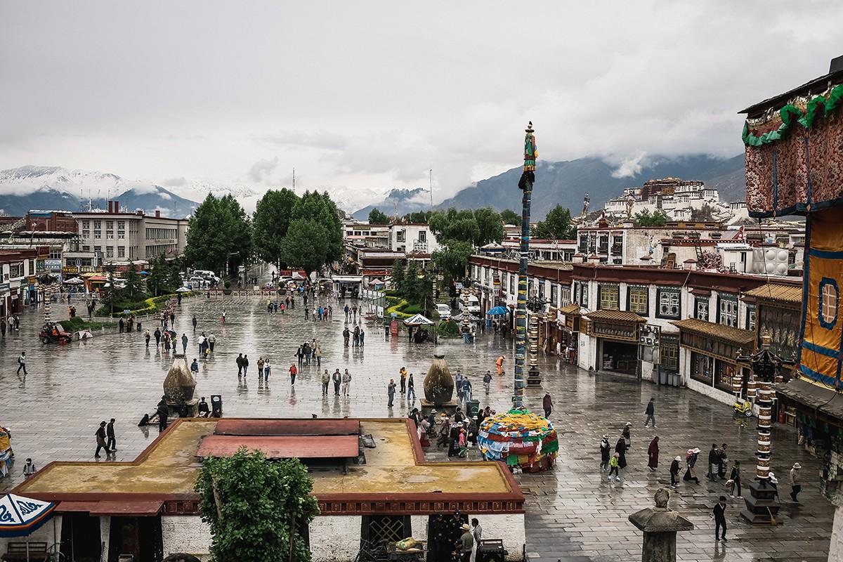 32. С крыши открывается вид на площадь перед храмом и виден дворец Потала.