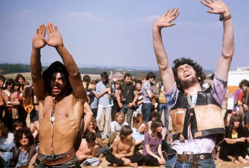 Слева: влюбленная пара занимается любовью в палатке, 1969 год. Справа: голая девушка на концерте в Г