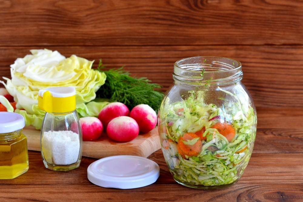 Салат из маринованных овощей на скорую руку Ингредиенты: 5–6 шт. редиса 200 гр молодой капусты 1 мор