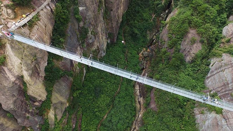 А ты бы решился прогуляться по такому мосту? Лично я еще слишком молод, чтобы без страха пройтись по