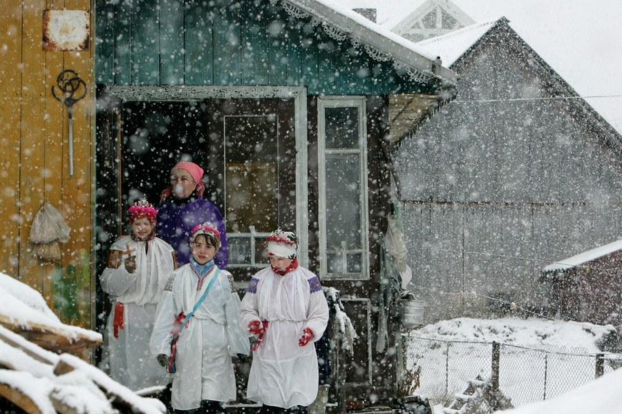 Село-призрак Муслюмово в Челябинской области. На фотографии: заброшенная школа и предупреждающи