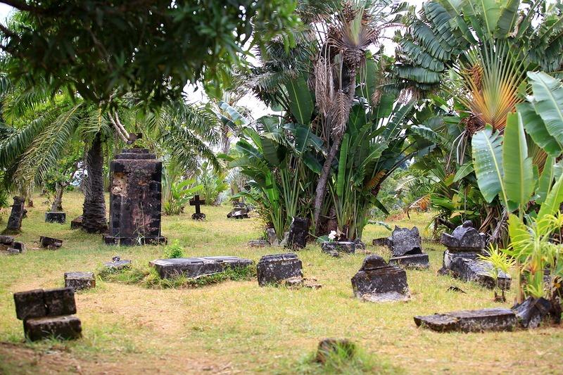 Жестокие тропические ливни веками смывали надписи с надгробий, но на некоторых из трех десятков плит