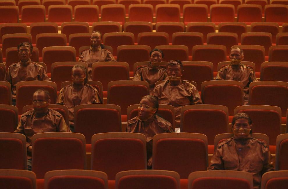 Все готово. Художник снимает маску. Проект «Красный театр», Пекин, 12 сентября 2013. (Фото Reut