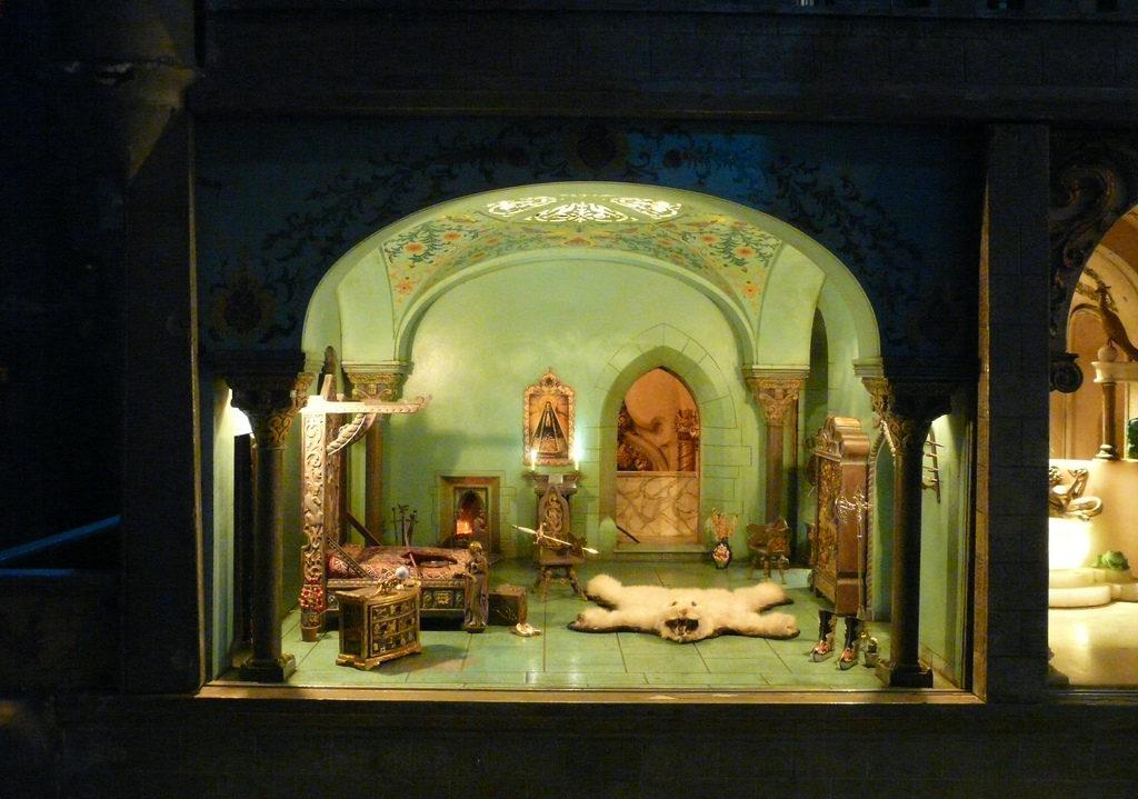 Среди полутора тысяч миниатюрных предметов есть настоящие артефакты: крошечная Библия, пистолетик, с