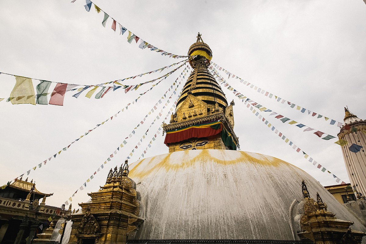 19. Справа и слева от Сваямбху несколько столетий назад были воздвигнуты два индуистских храма-шикха