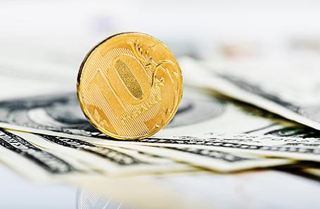 Руб. демонстрирует разнонаправленную динамику кдоллару иевро