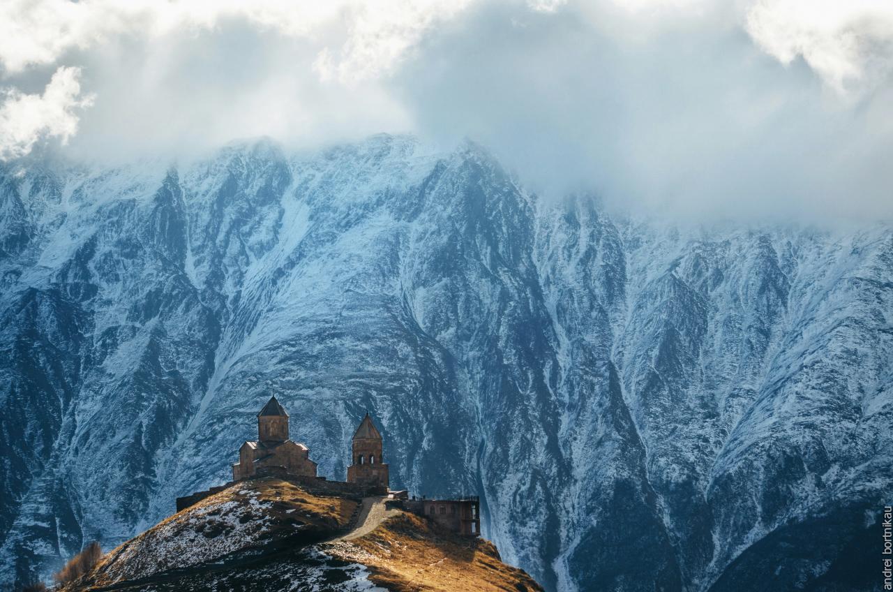 Церковь вятой Троицы Гергети Цминда Самеба на фоне ледника, XIV век, Кавказские горы, Грузия
