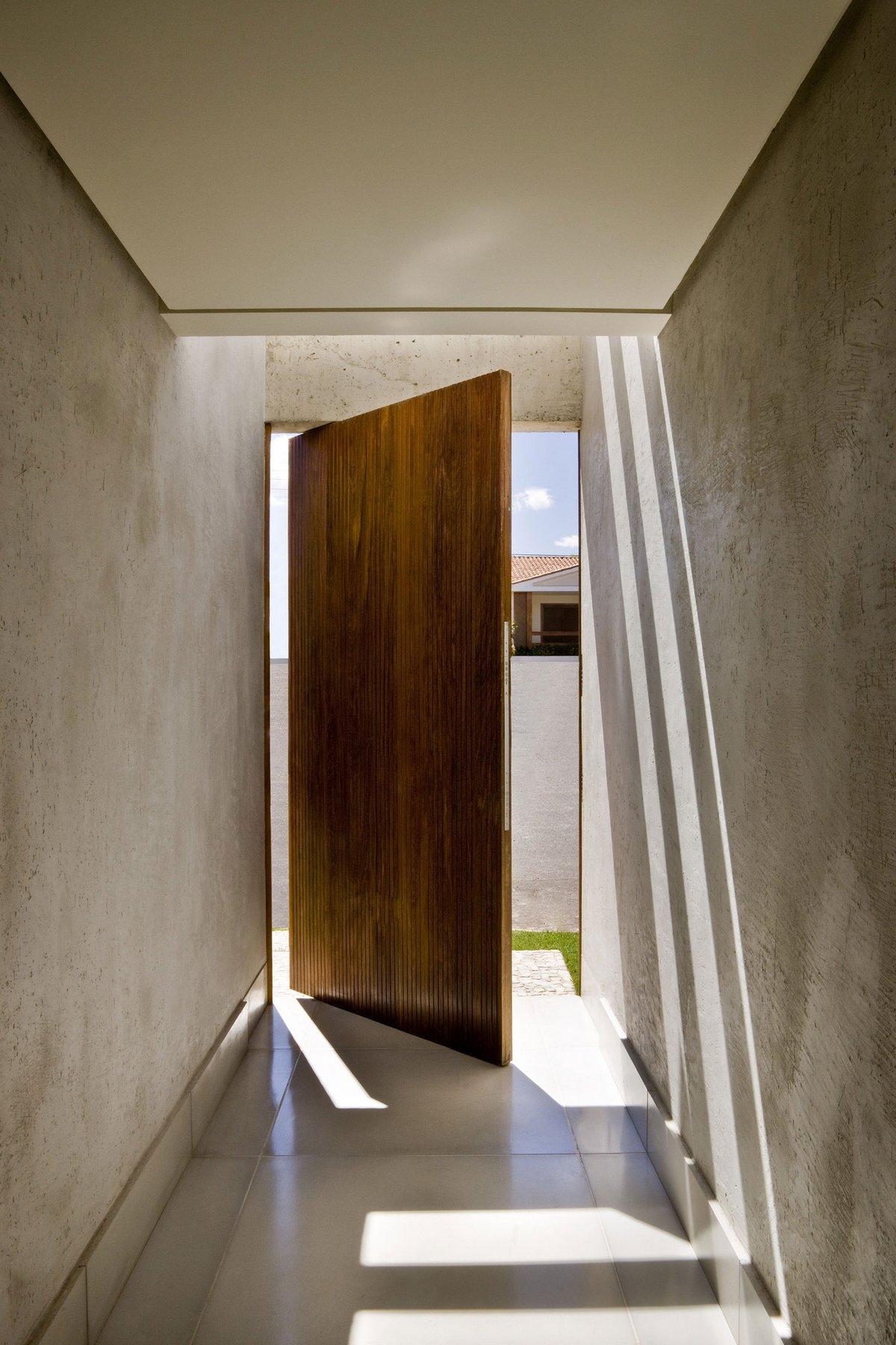 Поворотная входная дверь