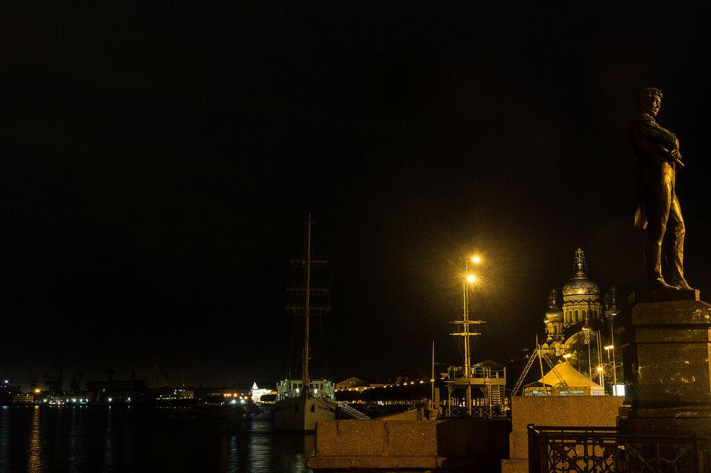 Река Нева.  Памятник Крузенштерну. Набережная лейтенанта Шмидта. Санкт-Петербург