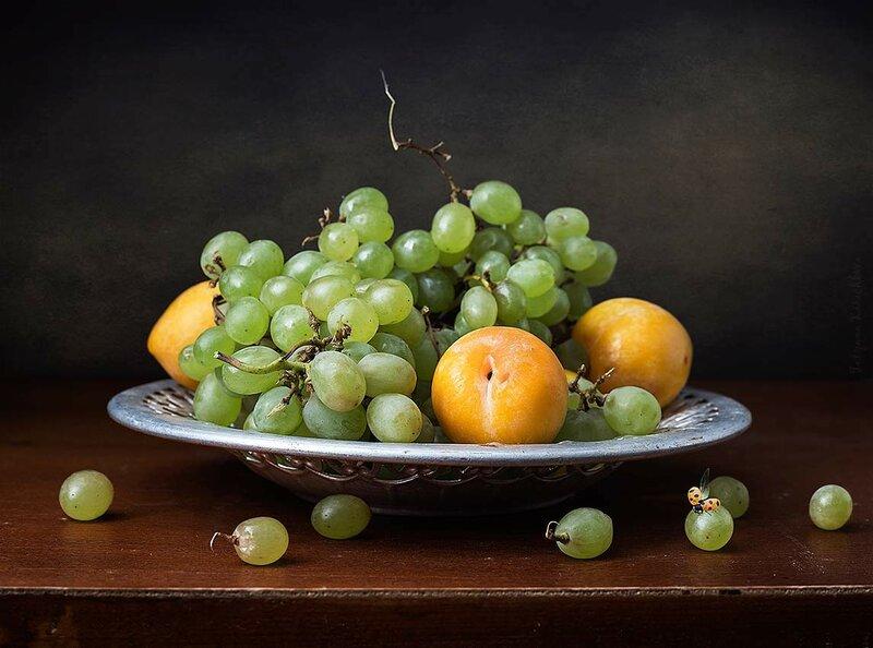 Этюд с тарелкой винограда