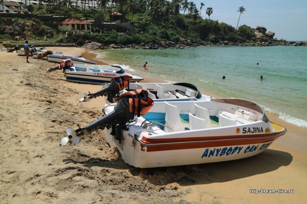 Прогулочные моторные лодки на пляже Ашок
