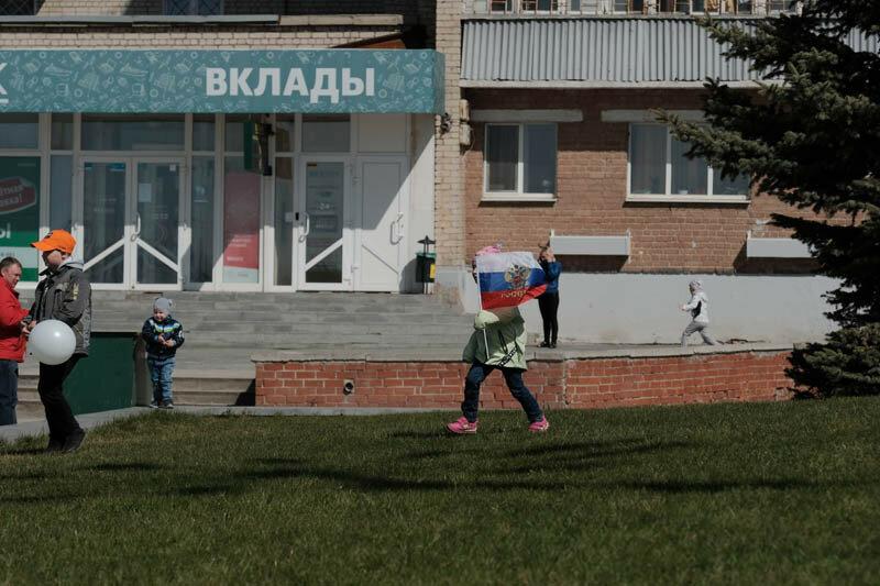 девочка бегущая с флагом России
