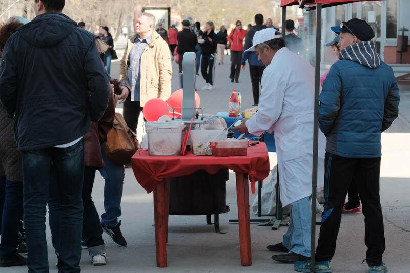 продавец шашлыков и плова в уличной лавке