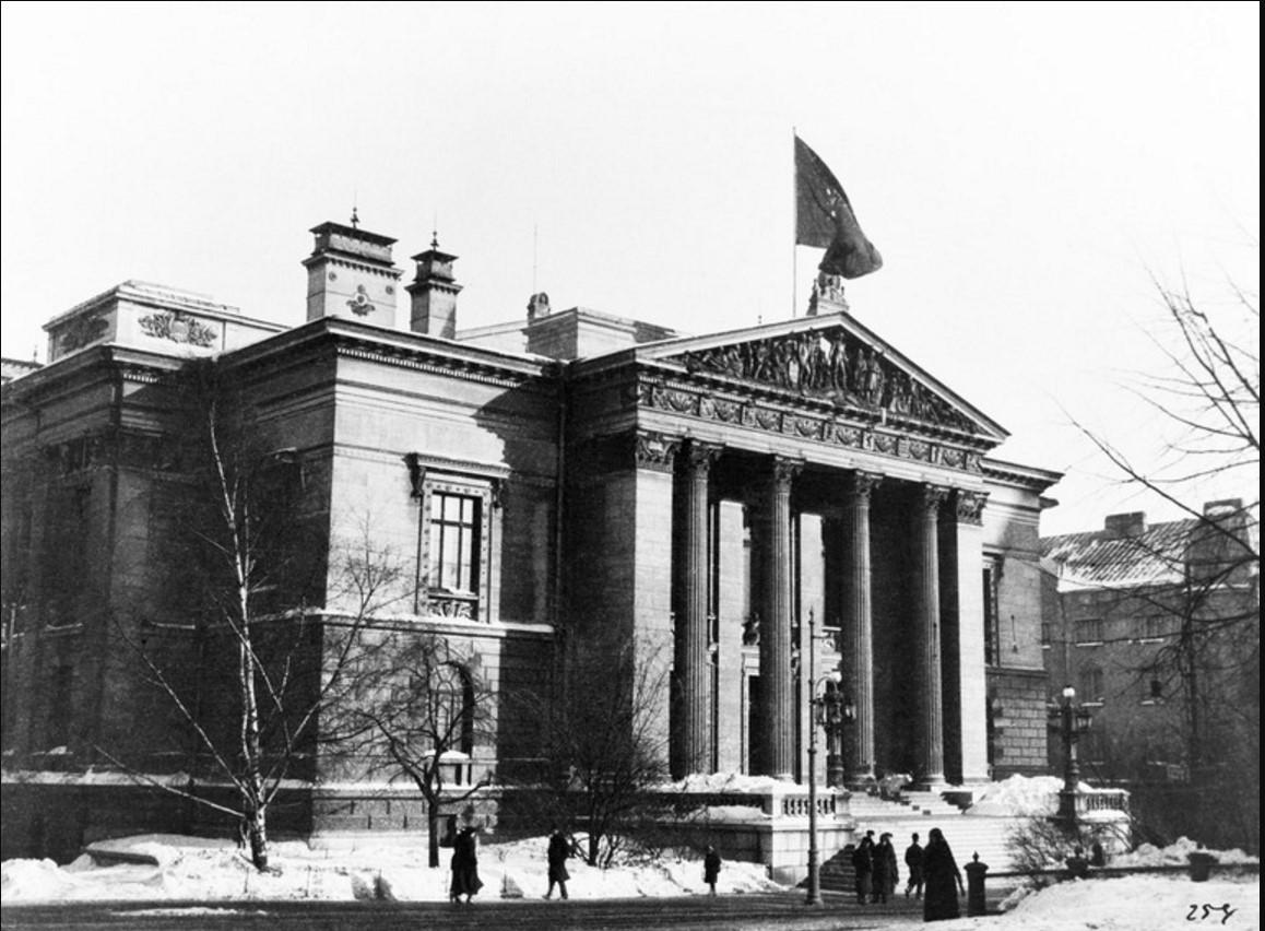Финский флаг на крыше Дома сословий в Гельсингфорсе. 21.03.1917