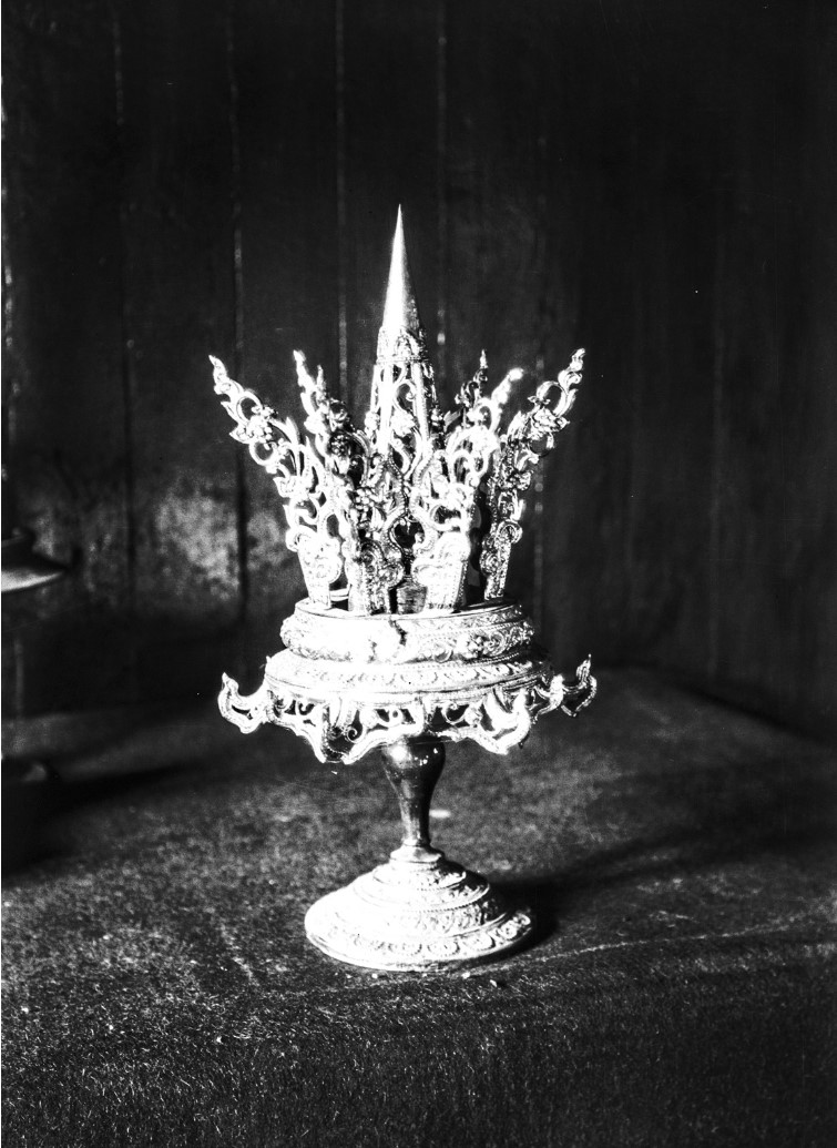 914. Затейливая корона на подставке