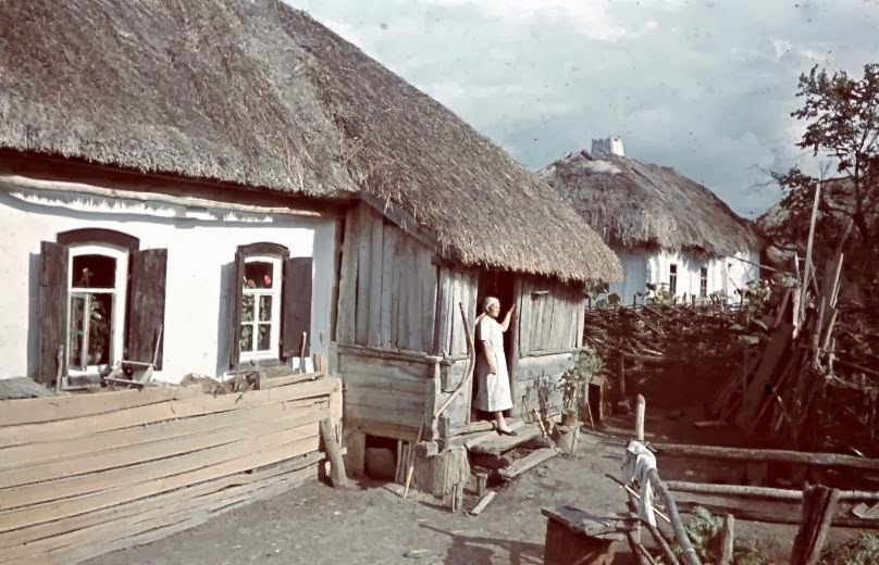 Amazing Color Photographs of Everyday Life in Hungary in 1942 (49).jpg