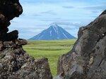Вилючинский вулкан в обрамлении скал..JPG