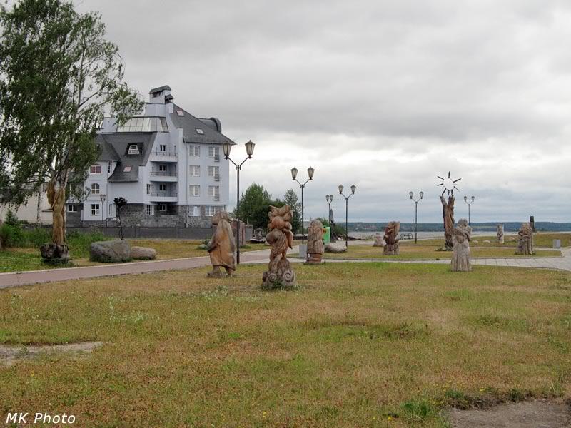 Общий вид на деревянные скульптуры
