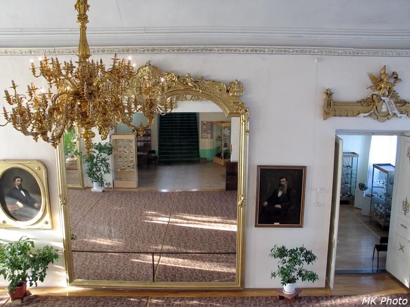 Самое большое в мире зеркало и бронзовая люстра