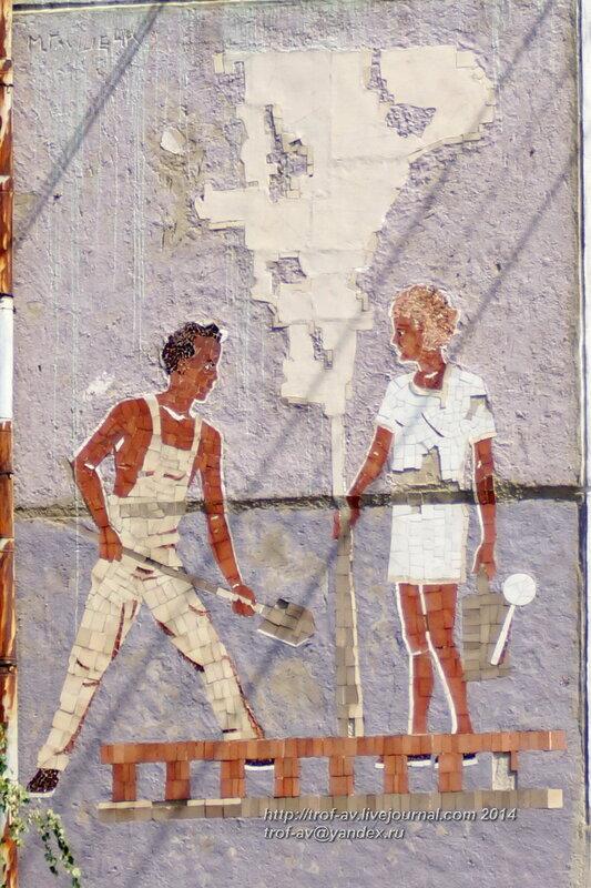 Орел, советская мозаика на стене дома