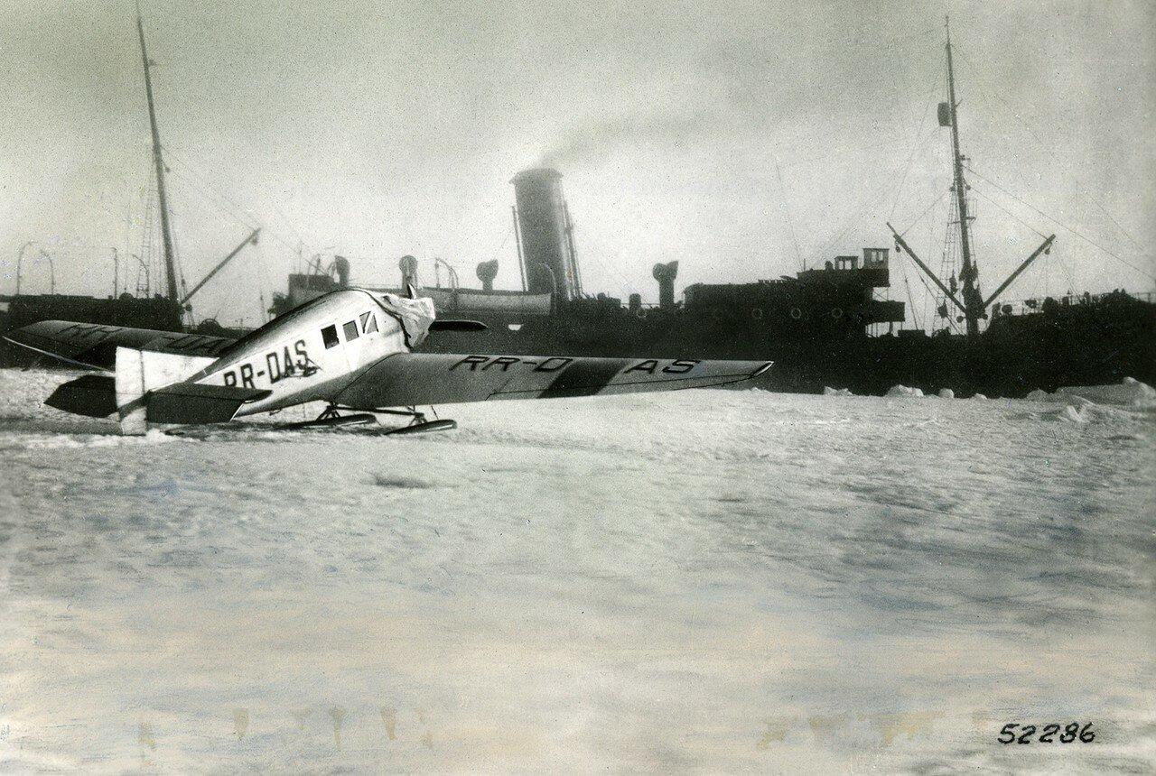 """Junkers F 13 RR-DAS auf Skiern vor dem Dampfer """"Malygin"""""""